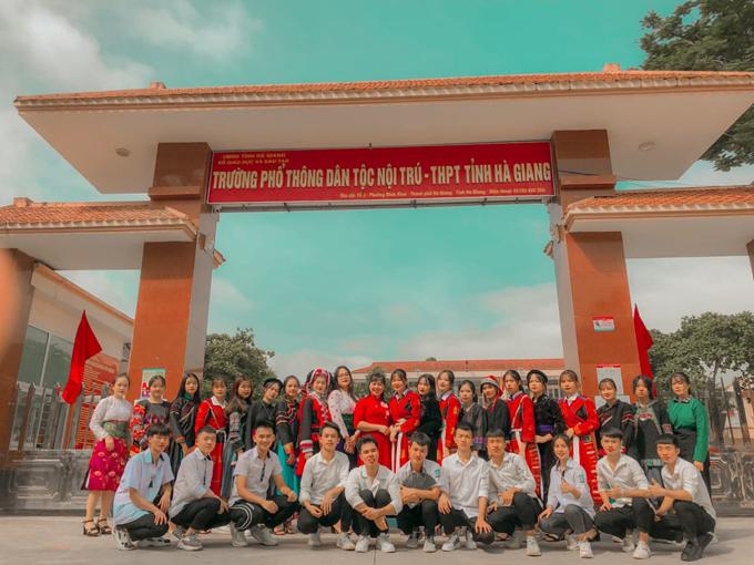 Ly (thứ tư từ trái sang) trong buổi chụp ảnh kỷ yếu cùng lớp 12A5 tại trường Phổ thông Dân tộc Nội trú - THPT tỉnh Hà Giang. Ảnh: Nhân vật cung cấp