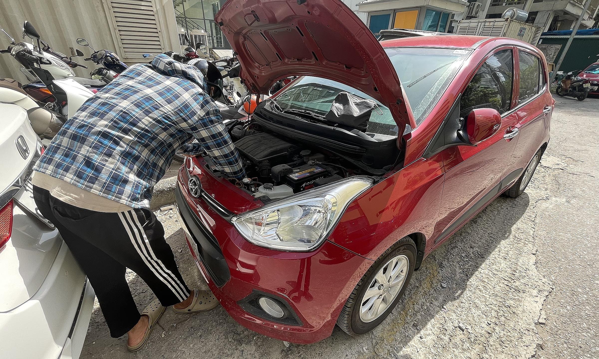 Với xe phổ thông ác quy thường nằm trong khoang máy, dưới nắp ca-po.