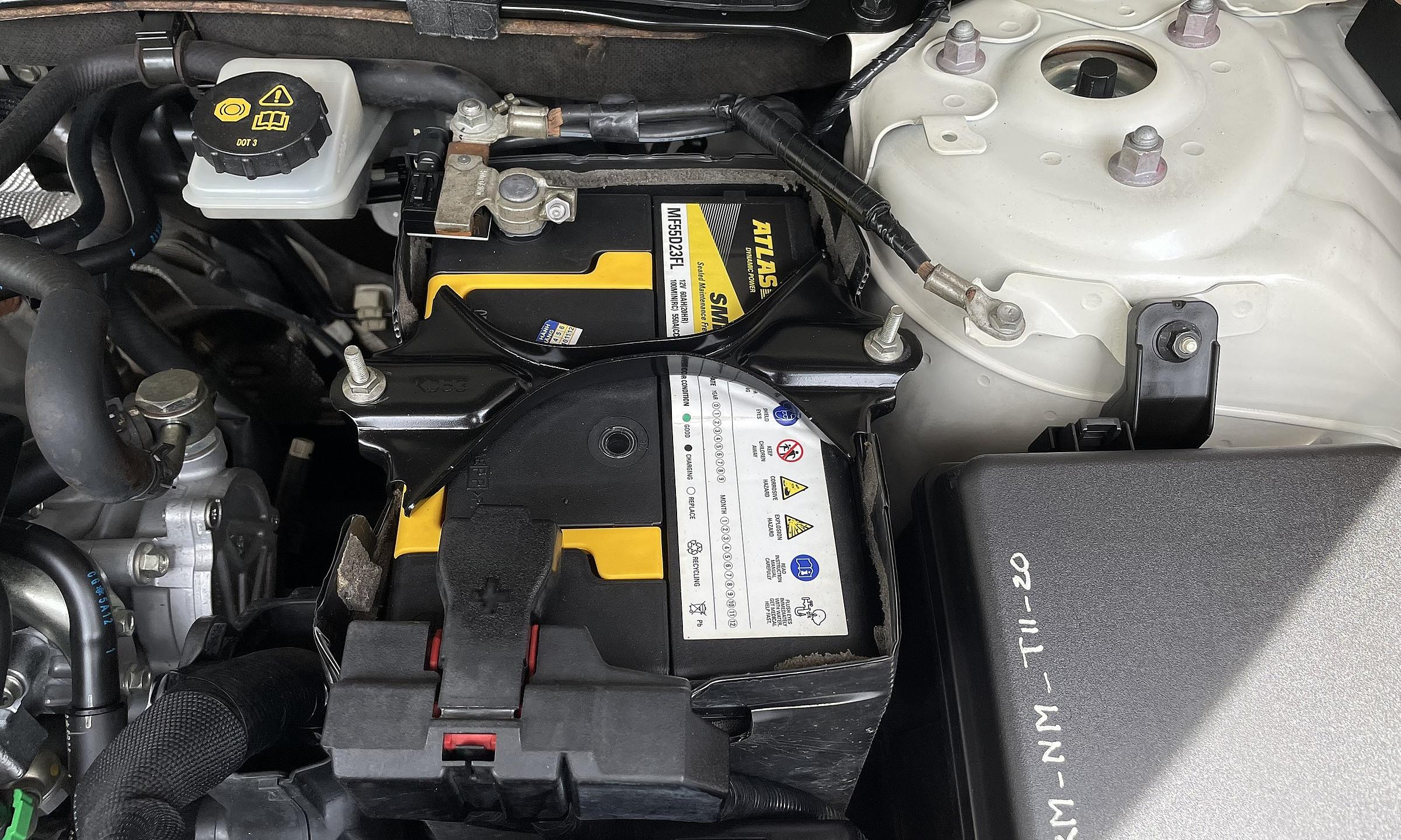 Hình ảnh ác quy trong xe Mazda3.