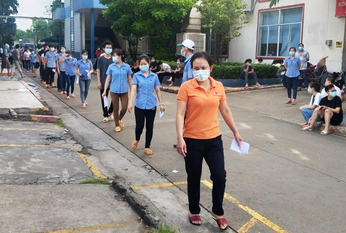 Công nhân tại Khu công nghiệp Tân Bình xếp hàng tiêm vaccine mũi 1, ngày 25/6. Ảnh: An Phương