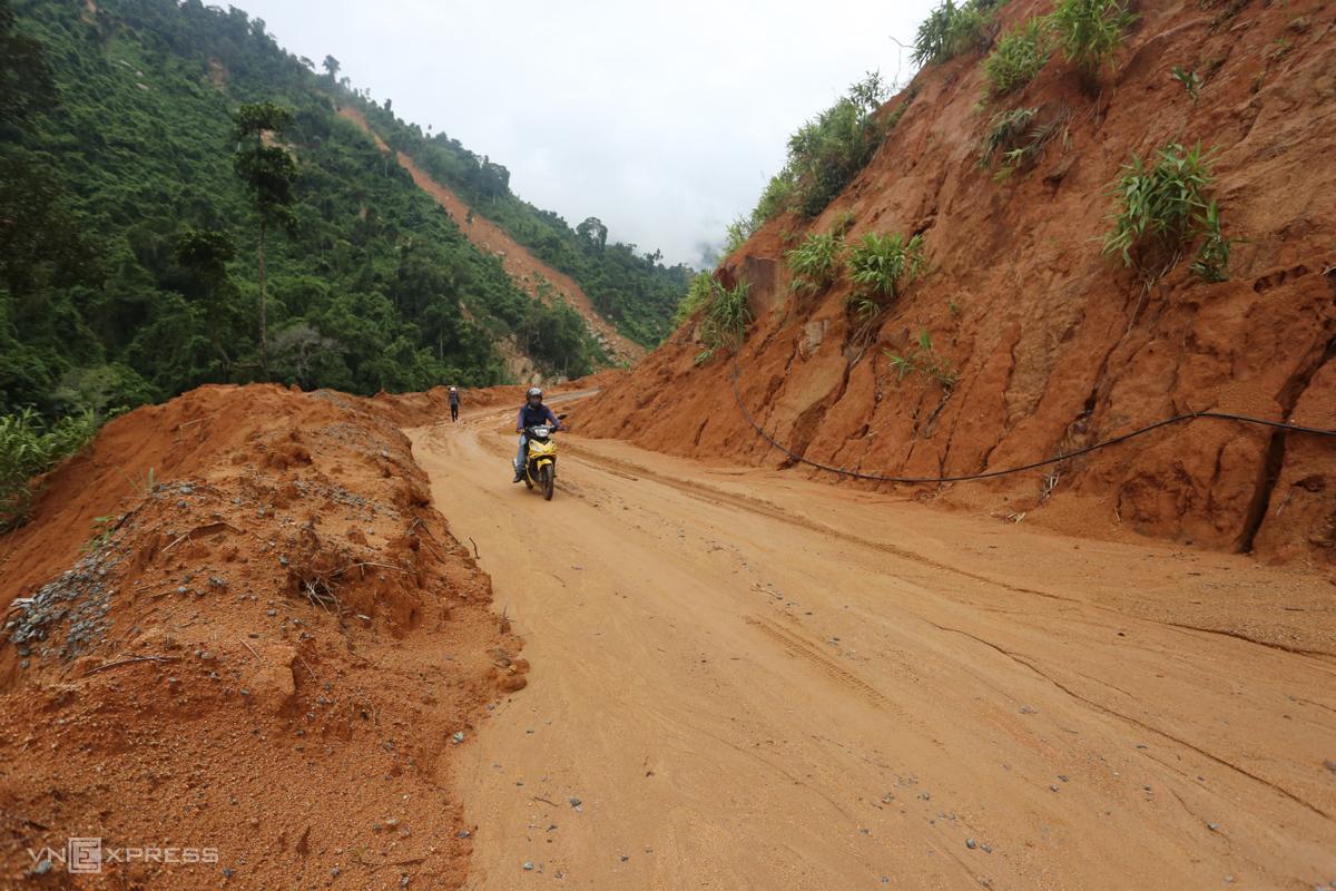 Đường ĐH5, đoạn xã Phước Công giáp Phước Lộc bùn đất tràn xuống sau một đợt mưa. Ảnh: Đắc Thành.