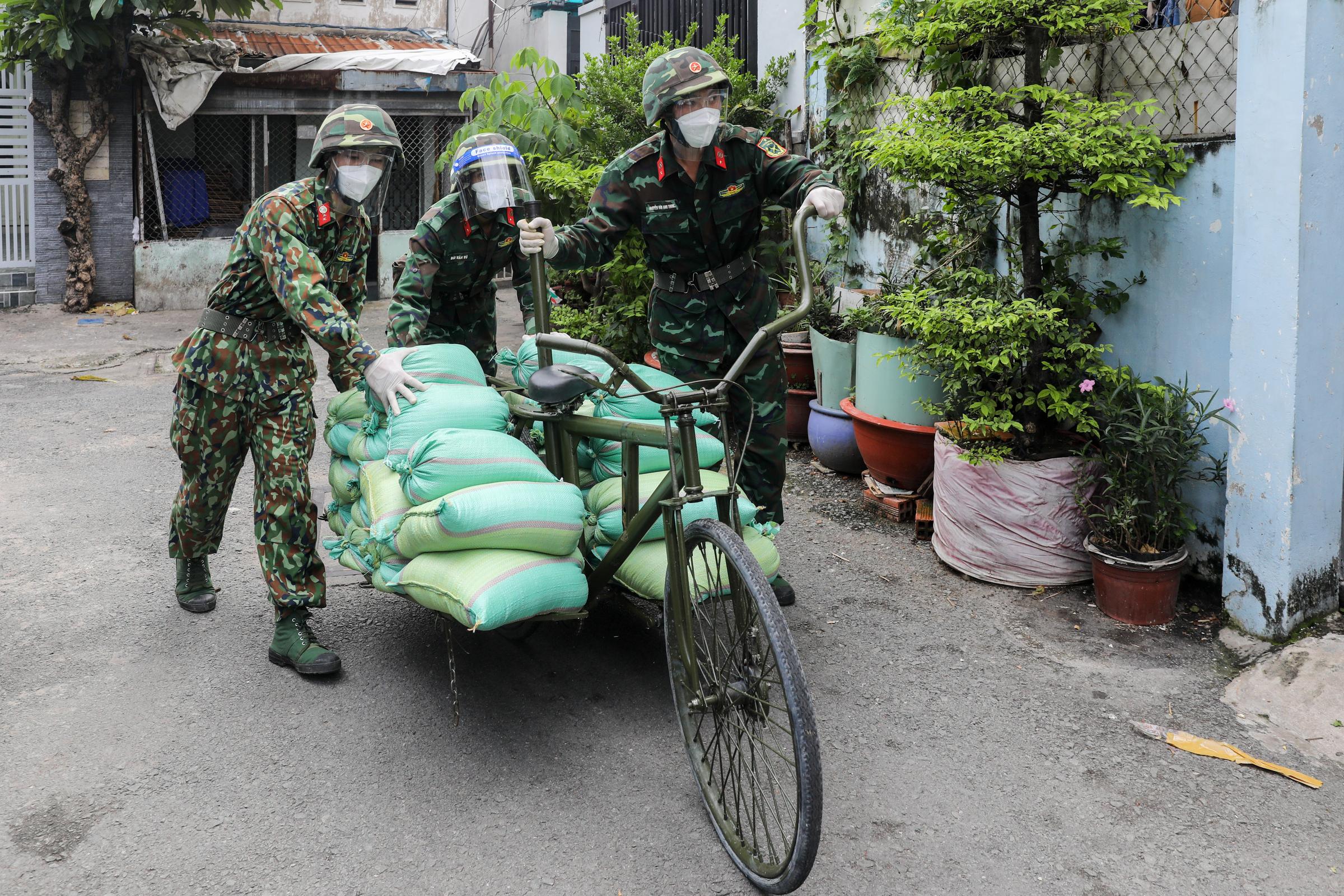 Bộ đội dùng xe đạp thồ tiếp tế thực phẩm cho người dân phường 2, quận Bình Thạnh, ngày 2/9/2021. Ảnh: Quỳnh Trần/VnExpress