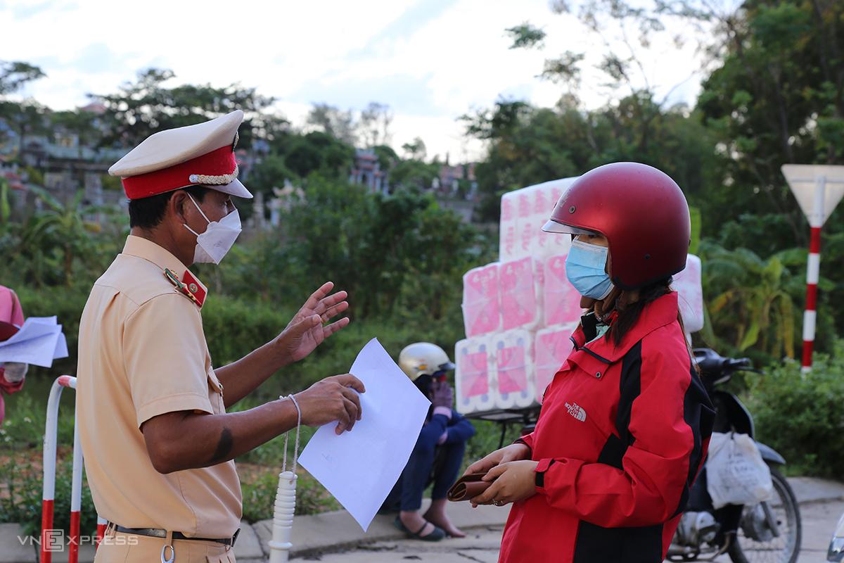 Nhà chức trách kiểm tra giấy đi đường tại chốt kiểm soát ở xã Thanh An (huyện Cam Lộ), giáp với TP Đông Hà. Ảnh: Hoàng Táo