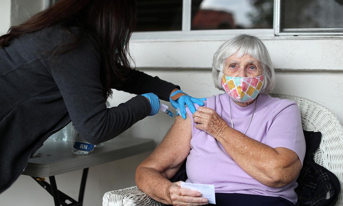 Nhân viên y tế Mỹ tiêm vaccine Covid-19 cho cụ bà 84 tuổi tại thành phố Los Angeles, bang California, Mỹ ngày 3/3.