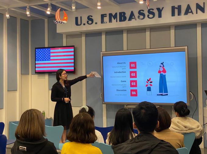Với lợi thế ngoại ngữ, Huyền trở thành thực tập sinh của Đại sứ quán Mỹ ở Hà Nội và chủ trì câu lạc bộ tiếng Anh tại đây với nhiều người tham gia. Ảnh: Nhân vật cung cấp