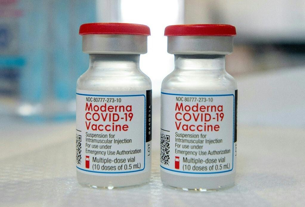 Hai lọ vaccine Moderna tại một điểm tiêm chủng ở bang Connecticut, Mỹ hồi tháng 4. Ảnh: AFP.