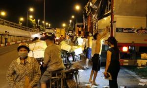 Mua bán trên đường khi chợ hoa quả ở Hà Nội đóng cửa
