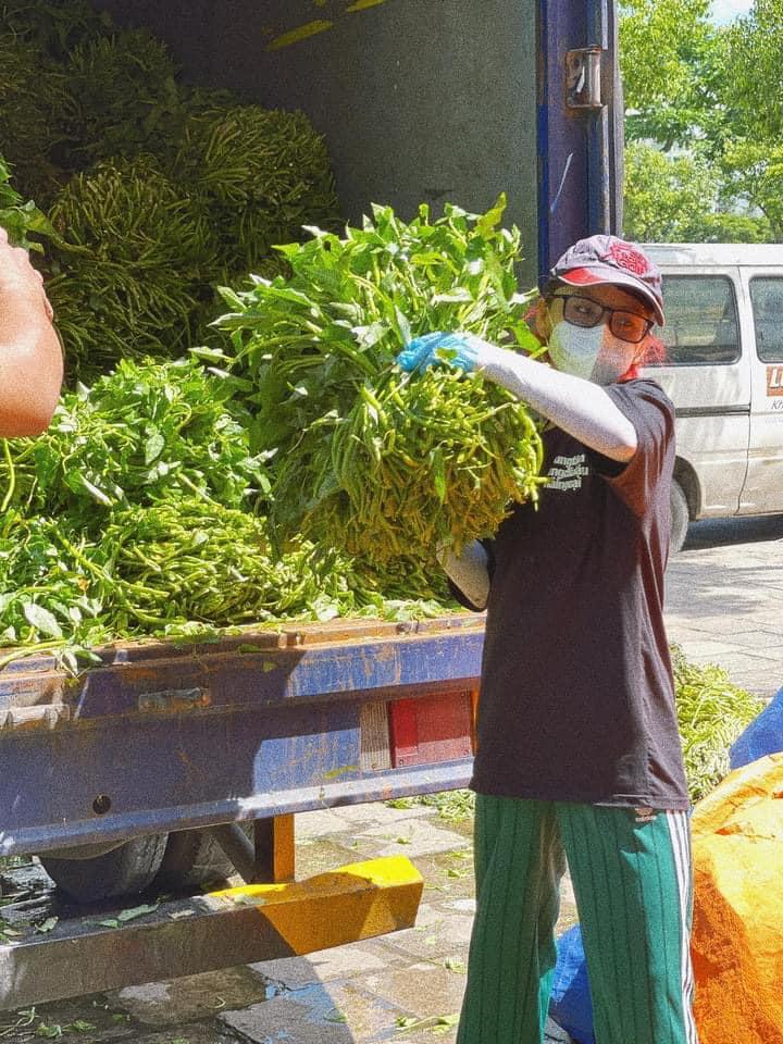 Ngọc Phước tham gia vận chuyển rau củ cho bà con nghèo ở TP HCM. Ảnh: FBNV.