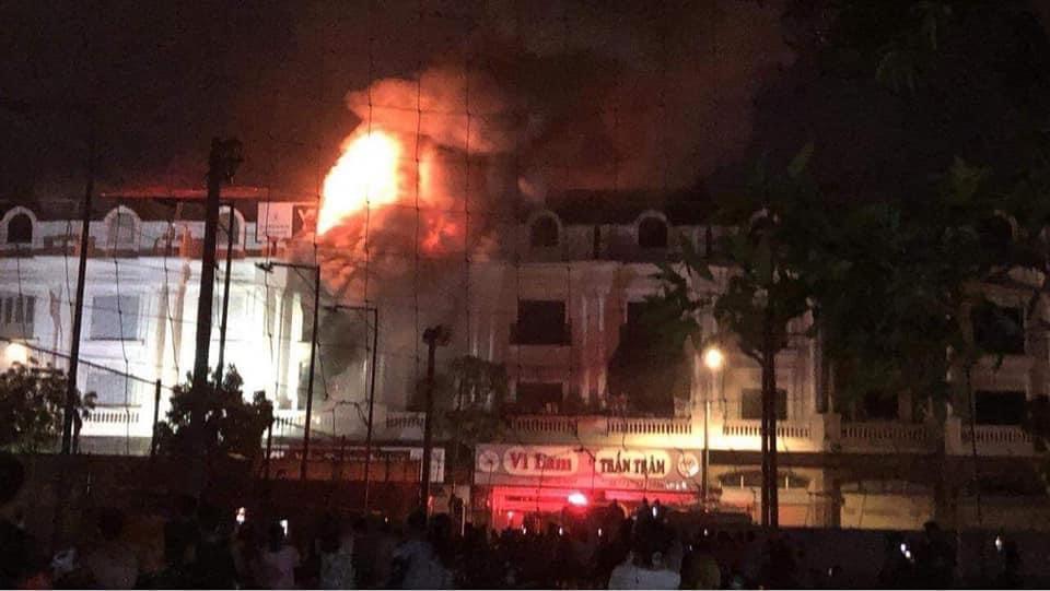 Cửa hàng quần áo ở xã Ninh Hiệp bốc cháy đêm 18/9. Ảnh: MXH