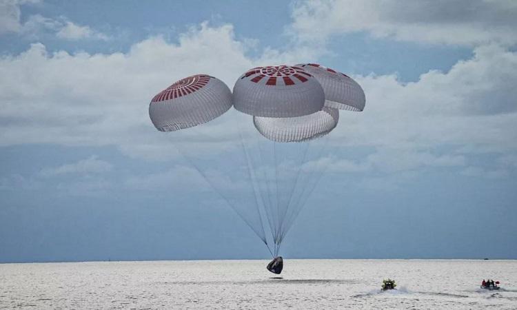 Tàu Crew Dragon đáp bằng dù xuống vùng biển Florida. Ảnh: SpaceX