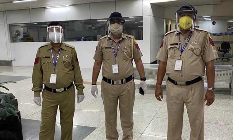 Nhân viên hải quan tại sân bay quốc tế New Delhi, Ấn Độ. Ảnh: Twitter/Delhi Customs