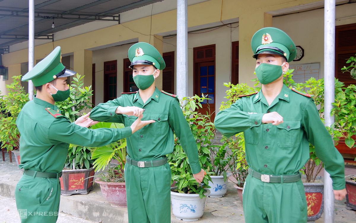 Anh Thao (ngoài cùng, góc trái) hướng dẫn các đồng đội tập điều lệnh. Ảnh: Đức Hùng