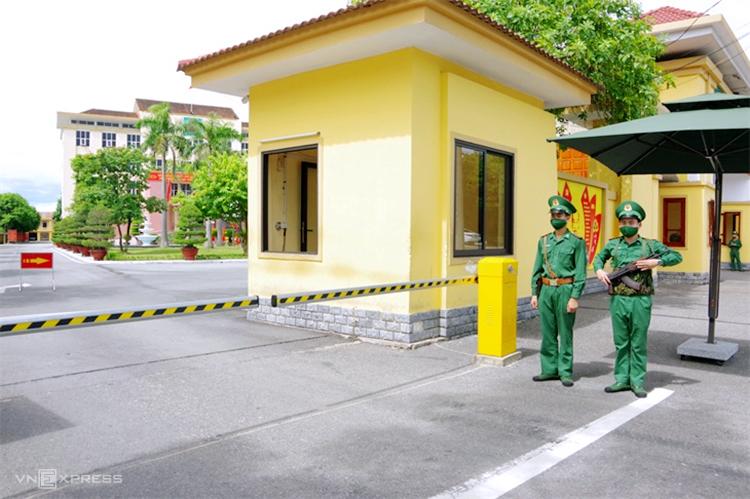 Anh Thao (ngoài cùng, góc phải) cùng đồng đội đứng gác tại cổng trụ sở Bộ chỉ huy Bộ đội Biên phòng Hà Tĩnh. Ảnh: Đức Hùng