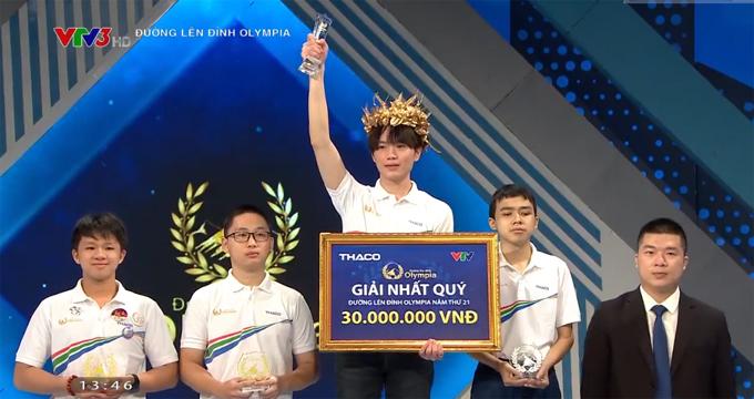 Nguyễn Đình Duy Anh giơ cao kỷ niệm chương sau khi giành vòng nguyệt quế cuộc thi quý 4 Đường lên đỉnh Olympia năm thứ 21. Ảnh chụp màn hình