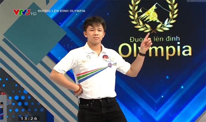 Trương Công Minh trình bày một tiết mục văn nghệ trước khi các nhà leo núi về đích. Ảnh chụp màn hình