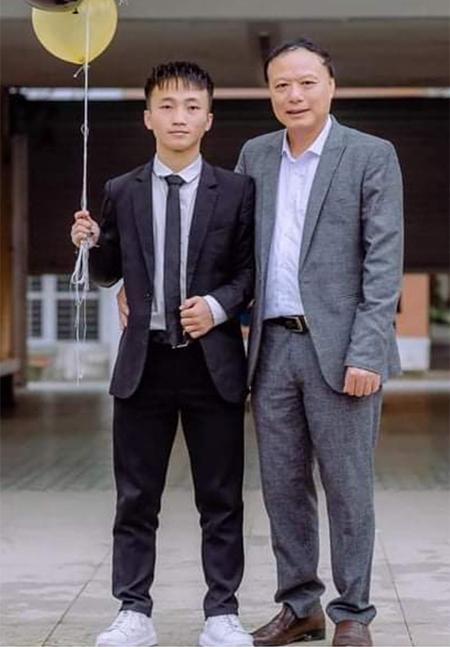 Xồng Bá Hùa (bên trái) cùng thầy giáo dạy thể dục trường PT Hermann Gmeiner Vinh. Ảnh: Nhân vật cung cấp.