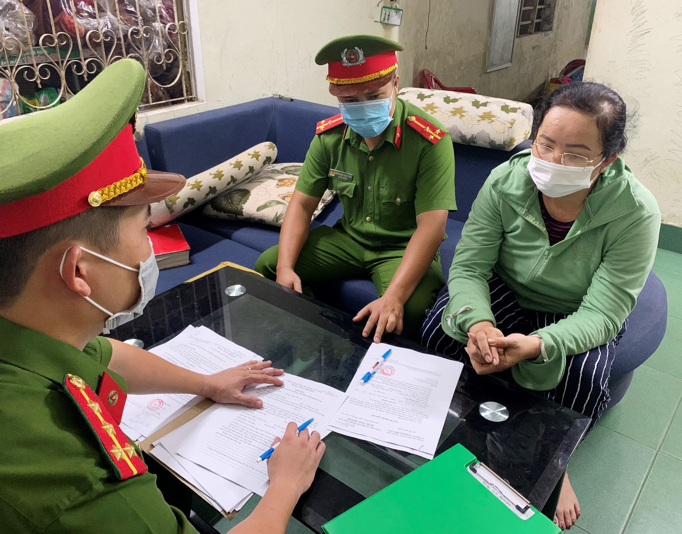 Bà Nguyễn Thị Thu khi làm việc với công an. Ảnh: Bùi Hùng.
