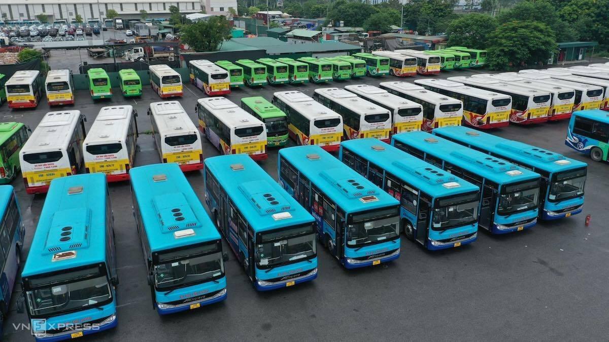 Xe buýt dừng chạy trong thời gian Hà Nội giãn cách xã hội, tháng 8/2021. Ảnh: Ngọc Thành