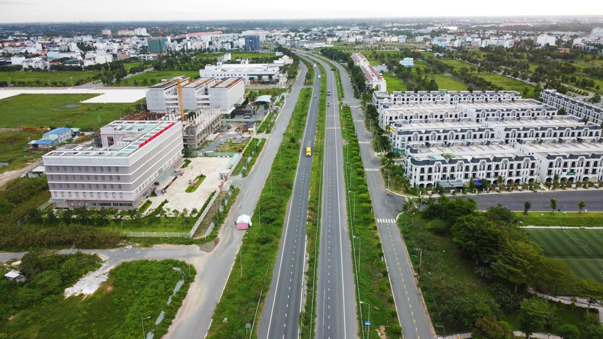 Tuyến tránh quốc lộ 1 qua TP Tân An vắng xe cộ những ngày giãn cách xã hội. Ảnh: Hoàng Nam