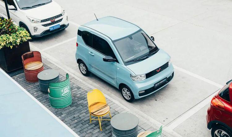 Với một ô đỗ xe thông thường, Mini EV lọt thỏm chính giữa và còn thừa nhiều không gian xung quanh. Ảnh: Wulling