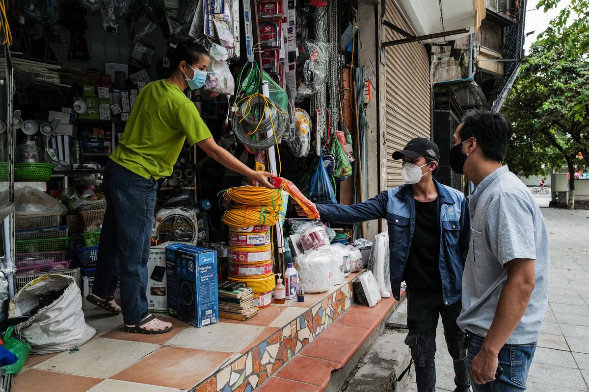 Quán bán đồ điện nước tại ngã tư Đội Cấn - Liễu Giai, Hà Nội, mở cửa trở lại, ngày 16/9. Ảnh: Ngọc Thành