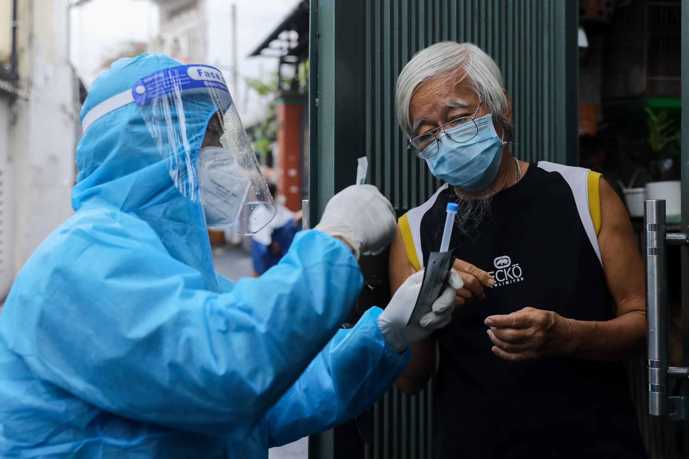Tổ quân y cơ động ở phường 11, quận Bình Thạnh tiến hành lấy mẫu, hướng dẫn test nhanh cho người dân trong địa bàn, ngày 23/8. Ảnh: Quỳnh Trần