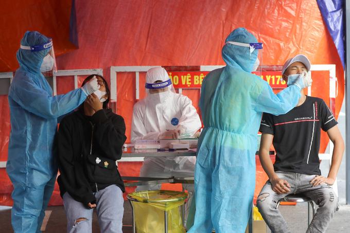 Người dân TP HCM xét nghiệm Covid-19 tại bệnh viện Quân y 175 (quận Gò Vấp), ngày 6/7. Ảnh: Quỳnh Trần
