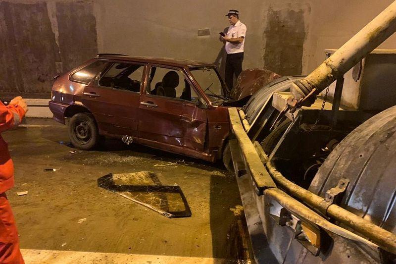 Tài xế của chiếc hatchback được hỗ trợ đầu tiên khi đội cứu hộ tới nơi. Ảnh: KubNews
