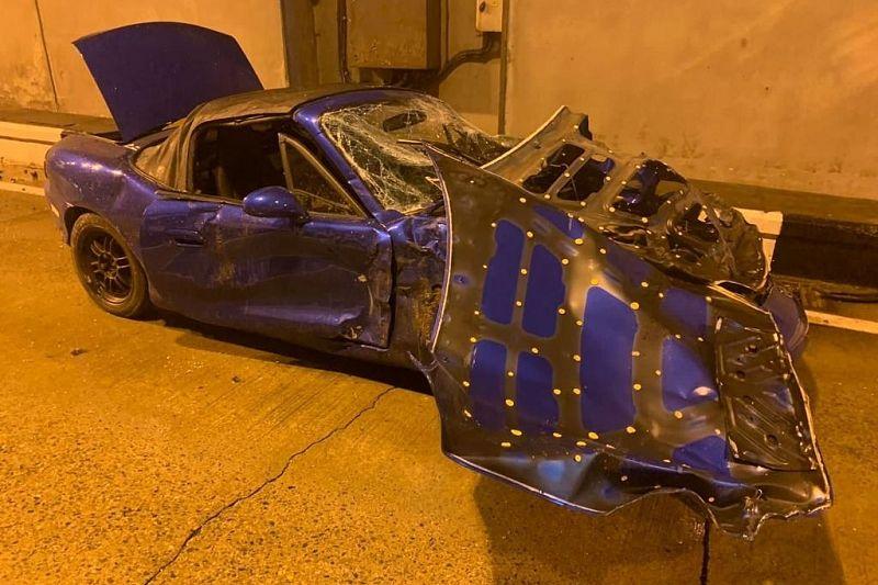 Chiếc xe hai cửa bung nắp ca-pô, vỡ kính và dập móp toàn thân sau tai nạn. Ảnh: KubNews