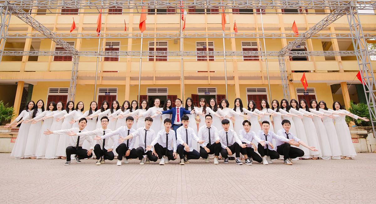 Tập thể lớp 12A1, trường THPT Đô Lương 1 chụp lưu niệm cùng thầy giáo. Ảnh: Nhà trường cung cấp