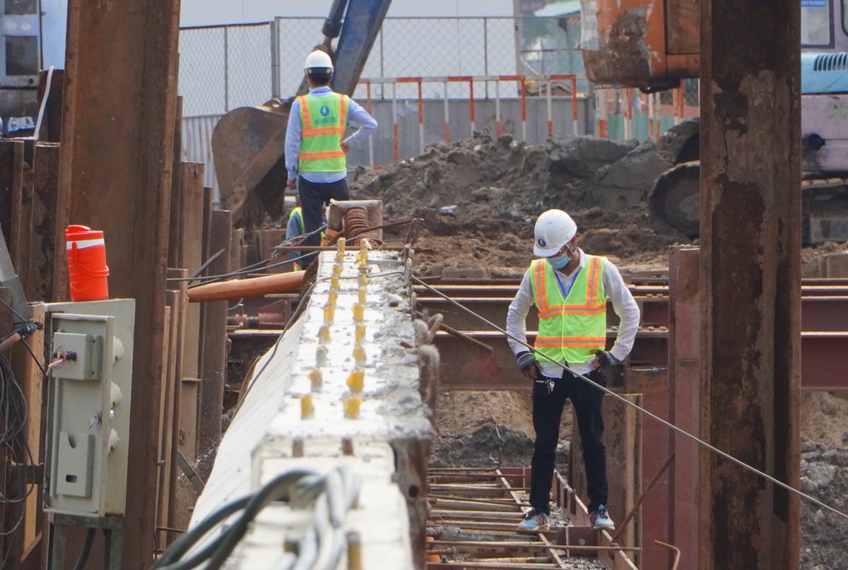Công nhân làm việc tại dự án hầm chui Nguyễn Văn Linh - Nguyễn Hữu Thọ (quận 7), hồi tháng 7. Ảnh: Gia Minh