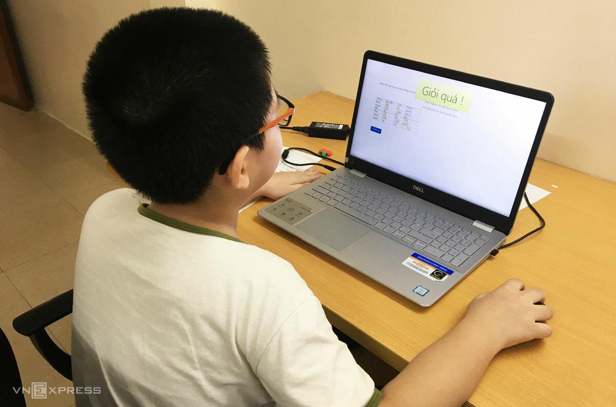 Học sinh Hà Nội trong một tiết học online đợt đầu tháng 9. Ảnh: H.K