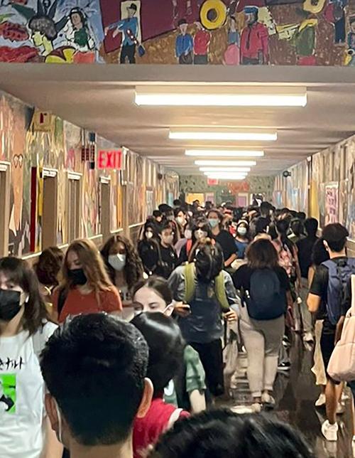 Hành lang và các lớp học tại trường Trung học Forest Hills chật cứng học sinh như thể dịch bệnh chưa từng xảy ra. Ảnh: NY Post