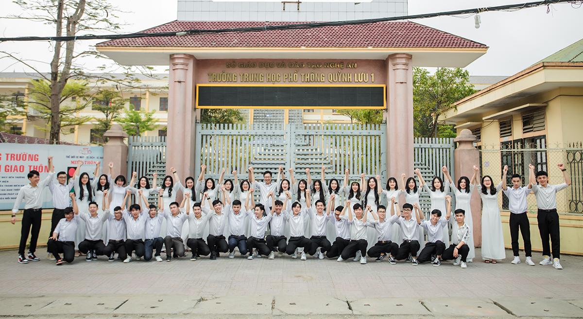 Tập thể lớp 12A01, trường THPT Quỳnh Lưu 1 chụp lưu niệm cùng thầy giáo. Ảnh: Nhà trường cung cấp