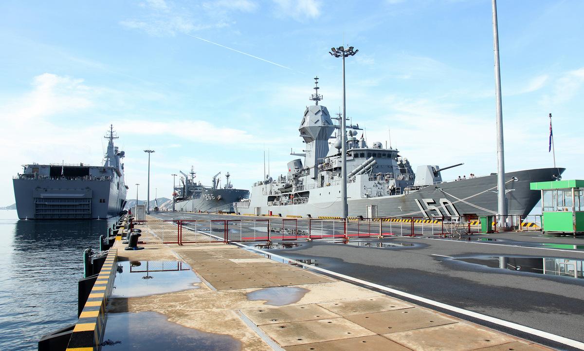 Ba tàu hải quân Australia neo tại cảng quốc tế Cam Ranh hôm nay. Ảnh: Đại sứ quán Australia.