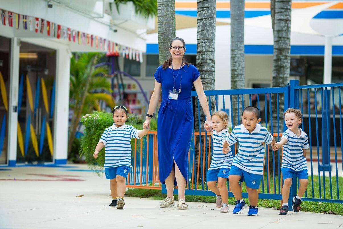 Các bé mẫu giáo tham gia hoạt động ngoài trời tại trường.