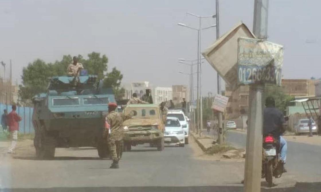 Các binh sĩ Sudan được triển khai trên đường phố để đề phòng sau âm mưu đảo chính thất bại ở thủ đô Khartoum. Ảnh: AA.