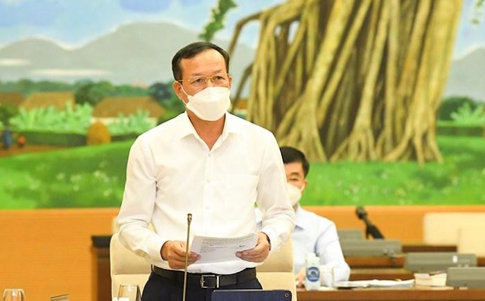 Phó Chánh án Tòa án nhân dân tối cao Nguyễn Trí Tuệ trình bày đề xuất xét xử trực tuyến tại phiên họp Thường vụ Quốc hội chiều 21/9. Ảnh: Trung tâm báo chí Quốc hội