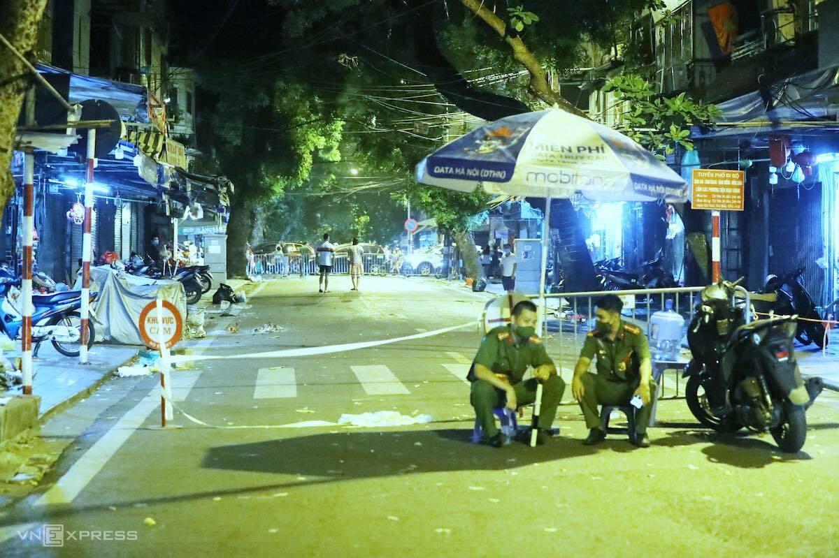 Cảnh sát lập chốt chặn ở phố Hàng Mã tối 21/9. Ảnh: Giang Huy