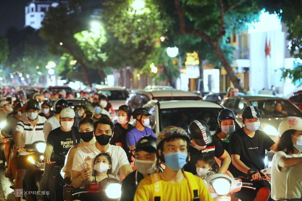 Dòng người đổ về tuyến phố trung tâm Hà Nội, tối 21/9. Ảnh: Giang Huy