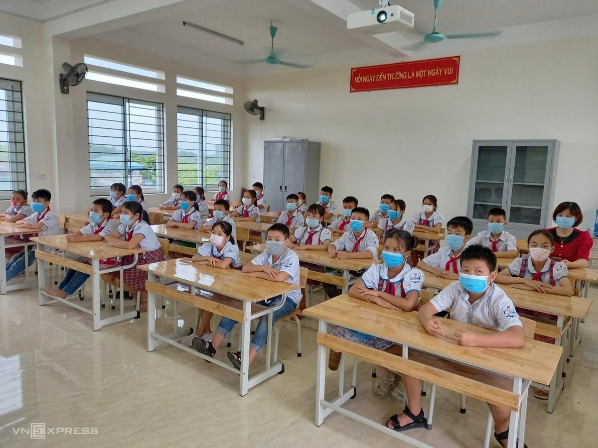 Học sinh Hà Nam dự khai giảng tại lớp học, ngày 5/9. Ảnh: Thanh Hằng