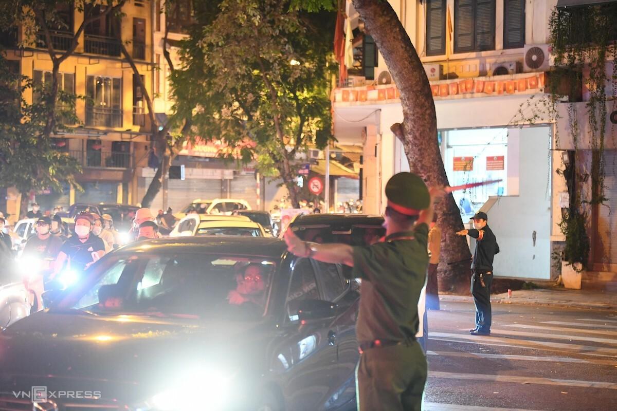 Cảnh sát phân luồng trên phố Hàng Rươi. Ảnh: Gia Chính