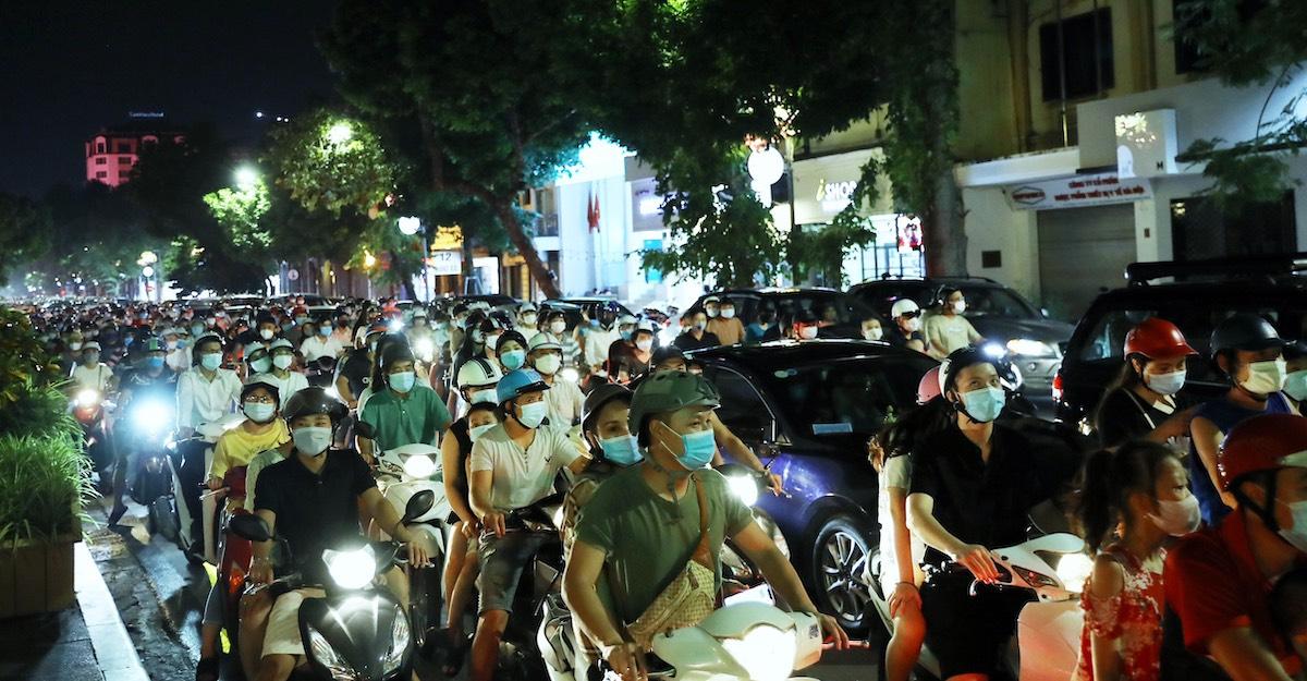 Người dân tham gia giao thông trên phố Hàng Bài tối 21/9 đều đeo khẩu trang. Ảnh: Huy Thành