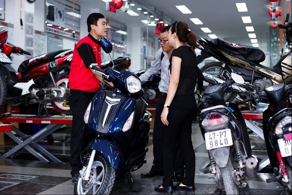 Người dùng kiểm tra xe tại đại lý Yamaha trước dịch Covid-19.