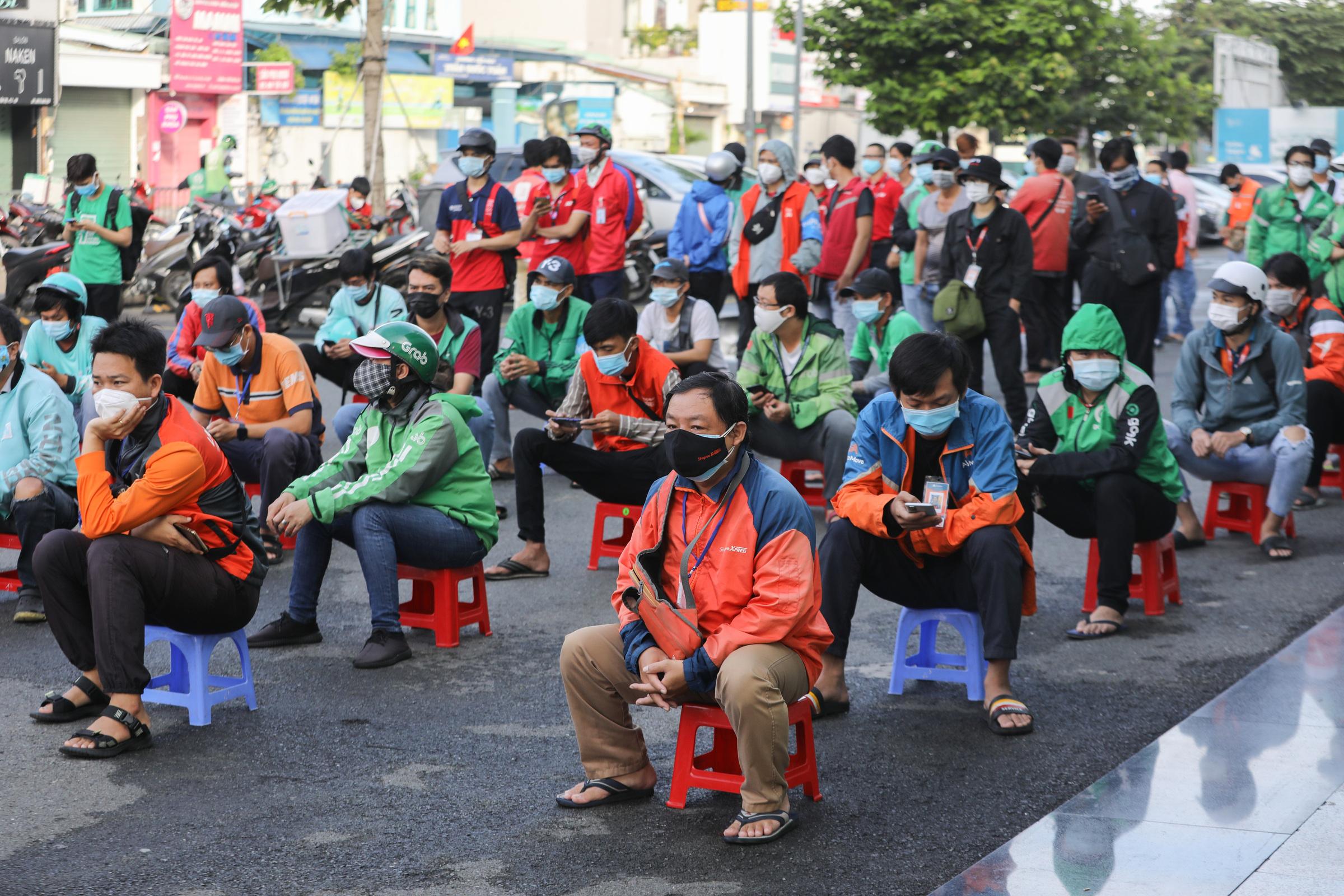 Shipper xếp hàng chờ xét nghiệm ở quận Gò Vấp, ngày 20/9/2021. Ảnh: Quỳnh Trần