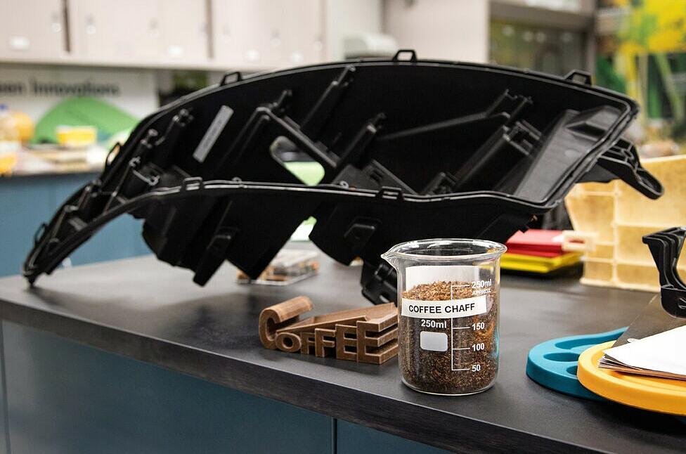 [ảnh 2] Ford ra mắt hốc đèn pha làm từ vỏ cà phê, phần vỏ không sử dụng được của hạt cà phê rang, mua từ McDonald's. Ảnh: Ford.