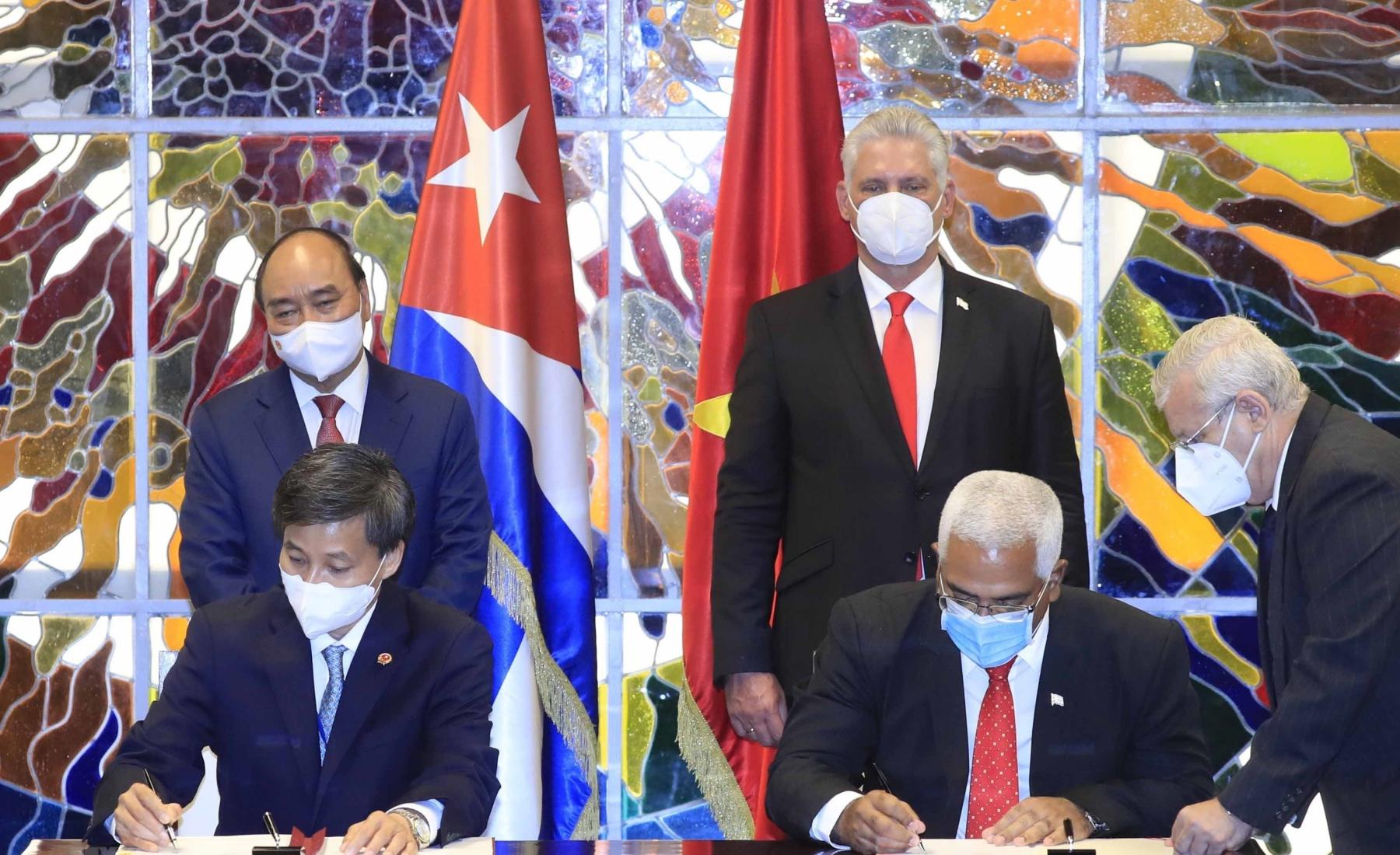 Chủ tịch nước Nguyễn Xuân Phúc (hàng sau bên trái) và Chủ tịch Cuba Miguel Diaz Canel (hàng sau bên phải) chứng kiến lễ ký kết các văn kiện hợp tác giữa hai nước hôm 20/9. Ảnh: TTXVN.