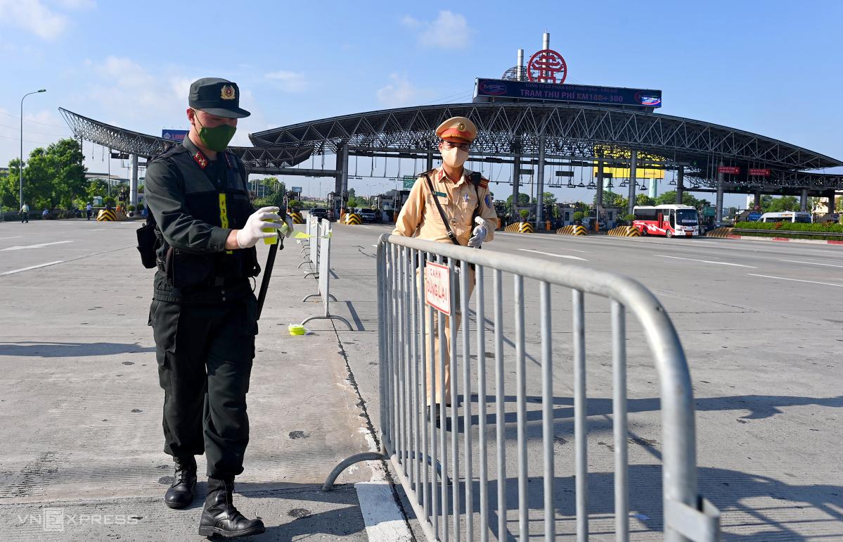 Chốt kiểm soát ở trạm thu phí Pháp Vân hôm 14/7. Ảnh:Giang Huy