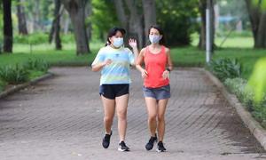 Người dân quận 7 phấn khởi khi tập thể dục ngoài trời