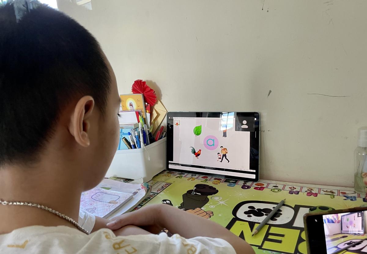 Học sinh lớp 1 trường Tiểu học Lương Thế Vinh, TP HCM ngồi học ngay ngắn, tập trung trong giờ Tiếng Việt sáng 20/9. Ảnh: Phụ huynh cung cấp